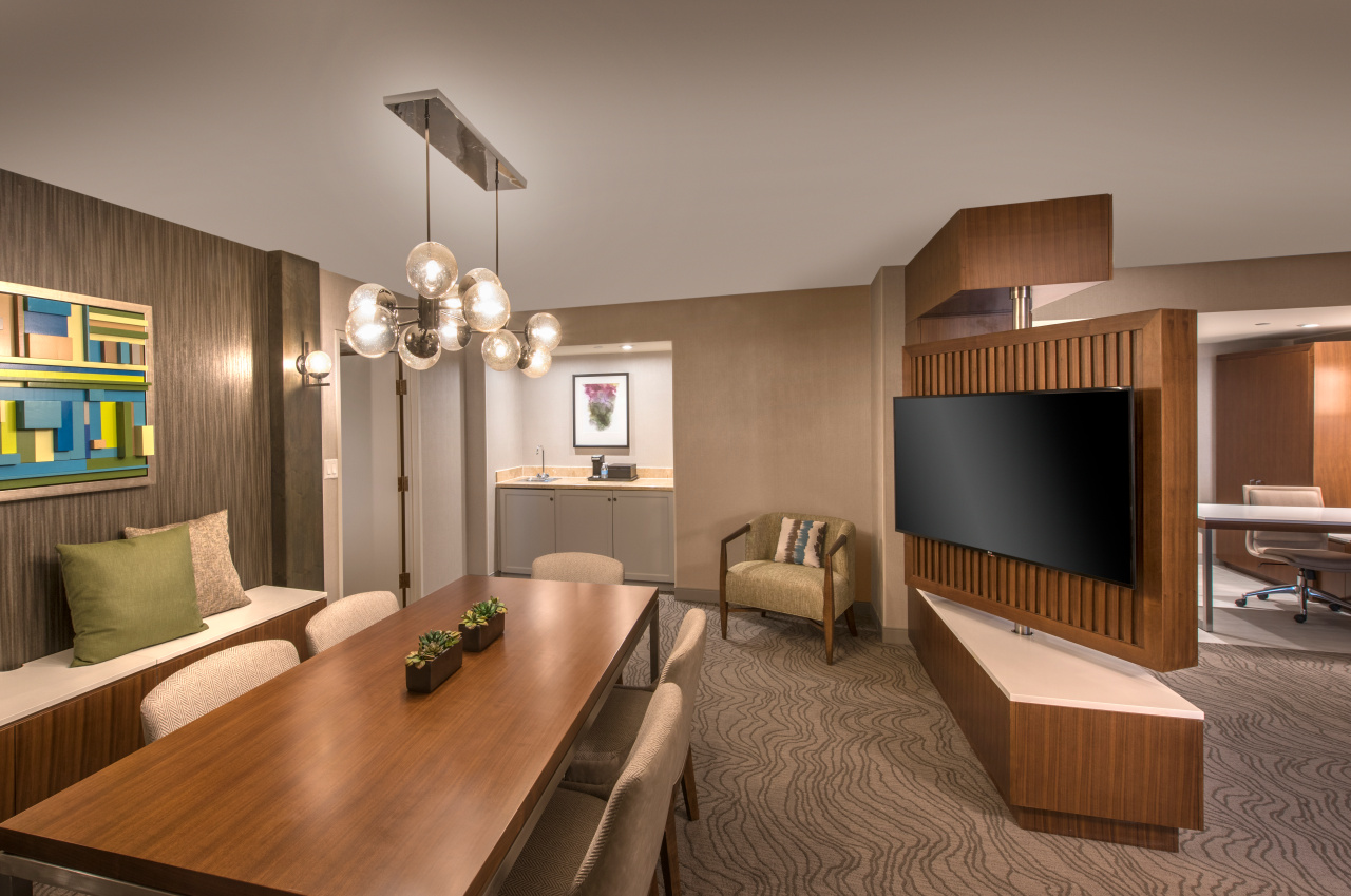 Suite conference / dining area